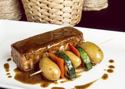 Lingote de cordero lechal en su jugo, brocheta de verduras y patatas al tomillo