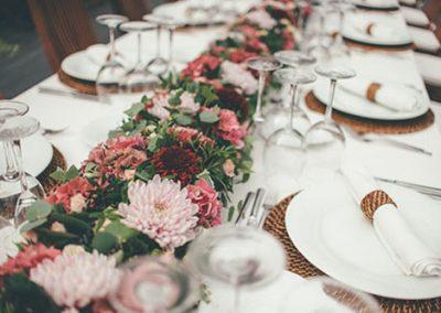 Decoración de mesas en una boda de catering. Foto Helm&anchor