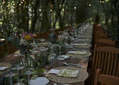 Decoración de mesas en el bosque de Sergude. Foto: Manu Cruz