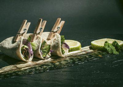Fajita de caballa ahumada con cebolla y cilantro