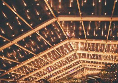 Luces y decoración en una boda de catering. Foto: Helm&Anchor