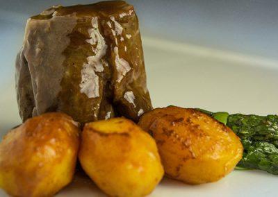 Jarrete estofado tradicional con patatas asadas