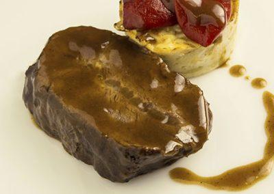 Llana de ternera breseada con patata crema y piquillos confitados