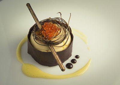 Mousse de mandarina y chocolate negro con caviar de amareto
